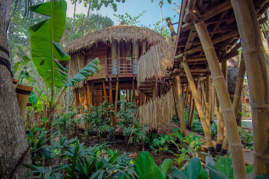 Desain bergaya rumah pohon tradisional yang ramah lingkungan.