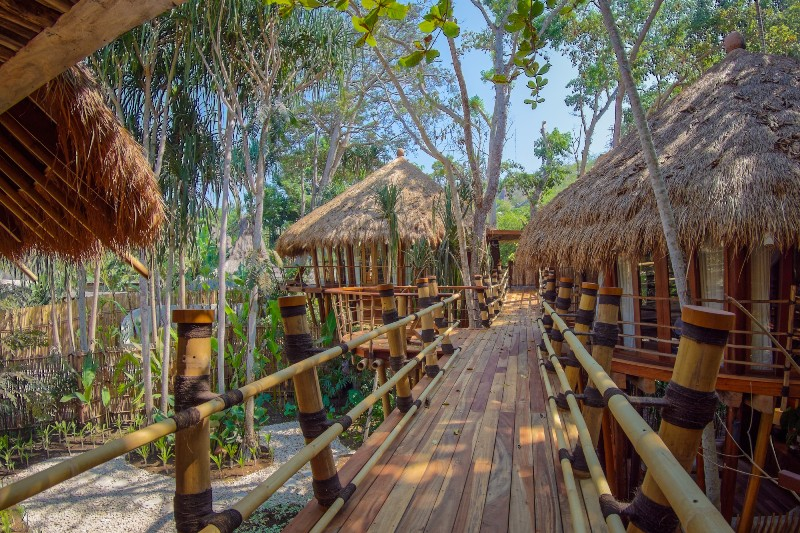 Masing-masing vila dihubungkan dengan jembatan bambu.
