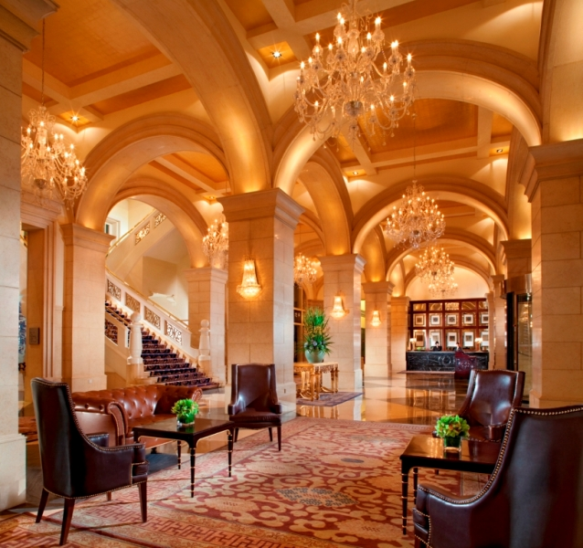 Lobi hotel bergaya kolonial Prancis.