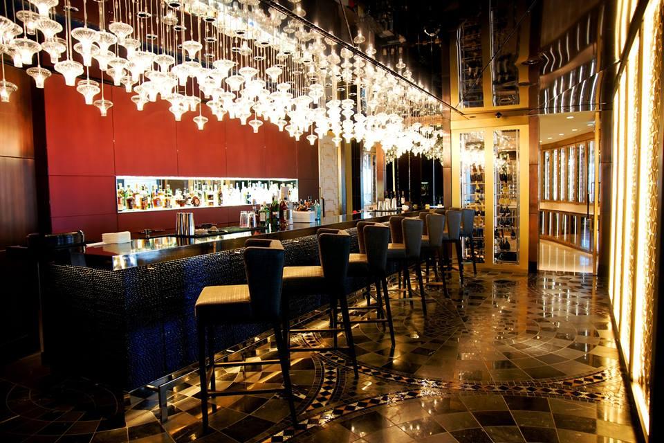 Long Bar, bar khas merek Raffles. Di cabang Istanbul, Anda bisa menikmati Stamboul Sling.