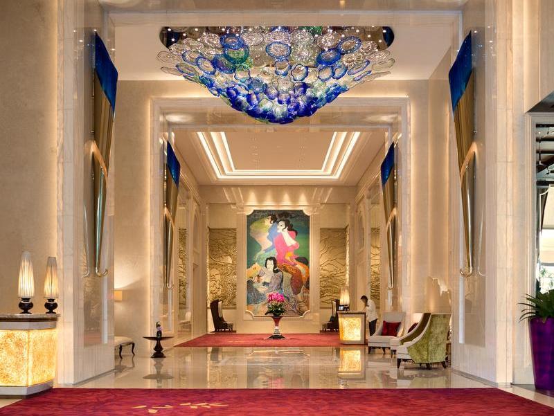 Lobi Hotel Raffles Jakarta yang elegan berhiaskan lukisan Hendra Gunawan.