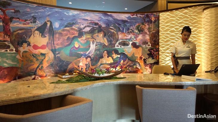 Area resepsi dengan hiasan replika lukisan karya Hendra Gunawan.