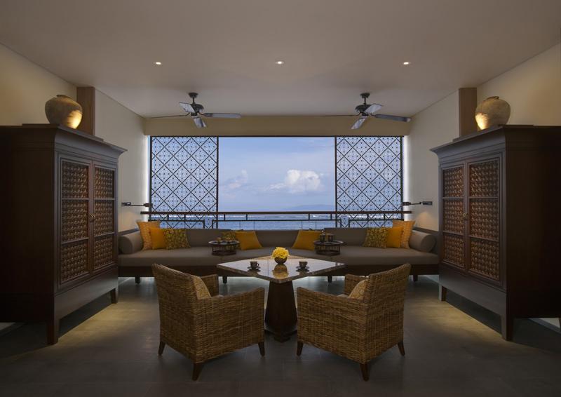 Kamar tipe Regent Suites dengan balkon menghadap langsung ke laut.