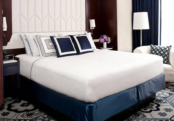 Kamar Residence Inn yang mengusung gaya minimalis elegan.