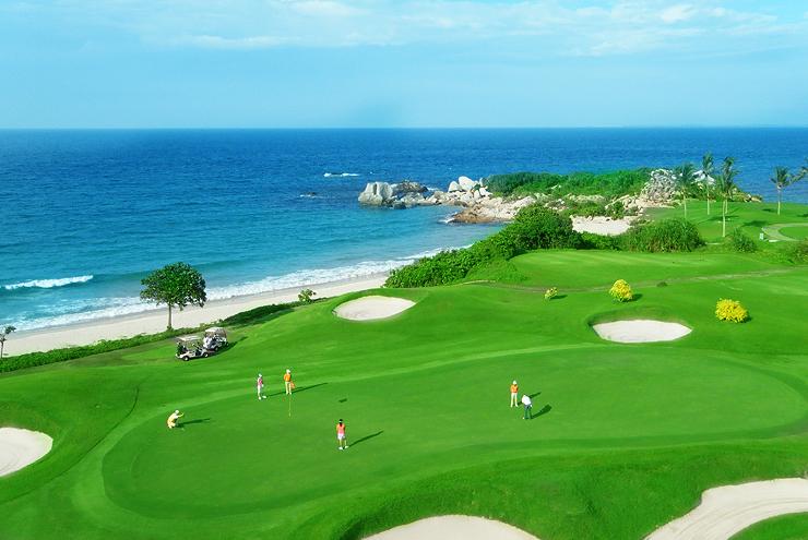 Lapangan golf Ria Bintan yang bersemayam di tepi pantai.