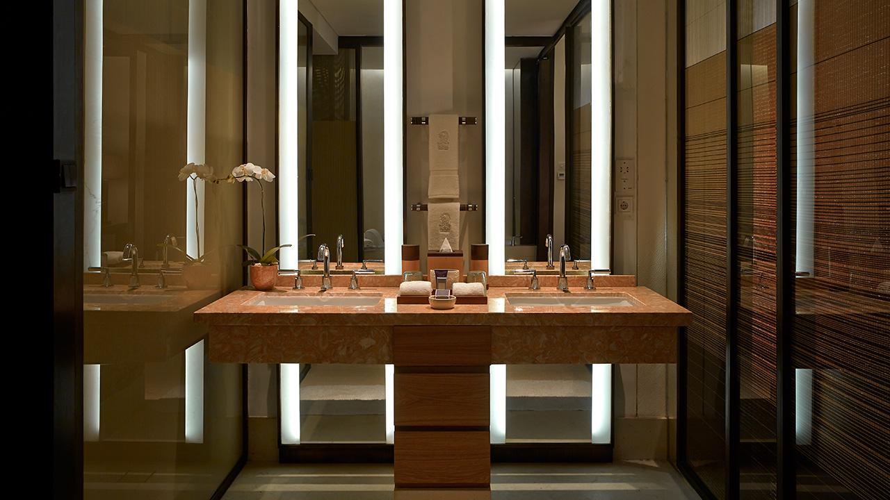 Kamar mandi luas dan dilapisi marmer premium.