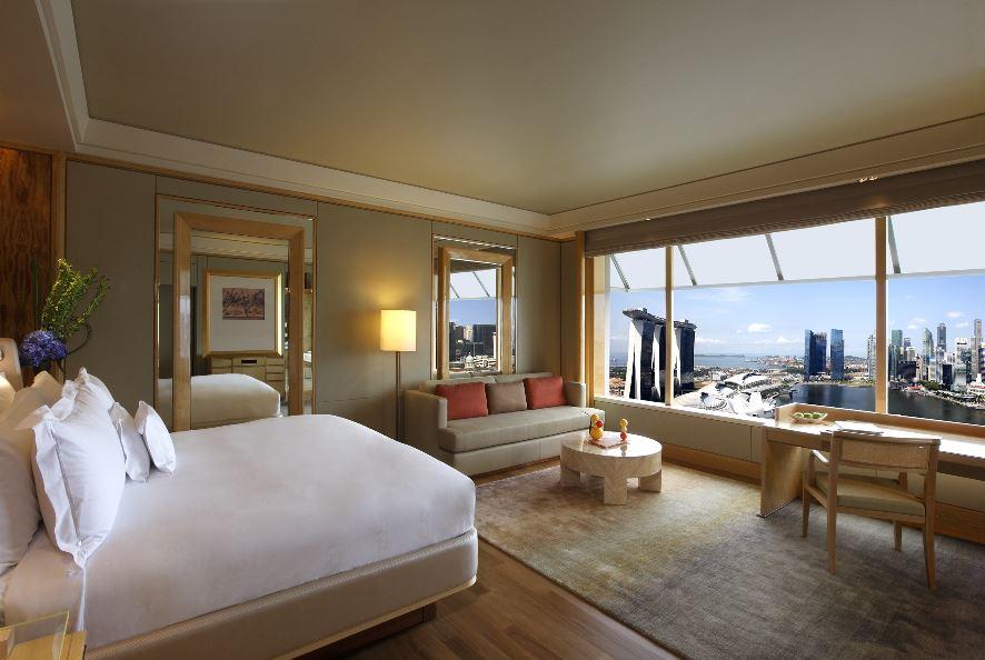 Kamar tipe suite di The Ritz-Carlton Milenia Singapura dengan pemandangan kota.