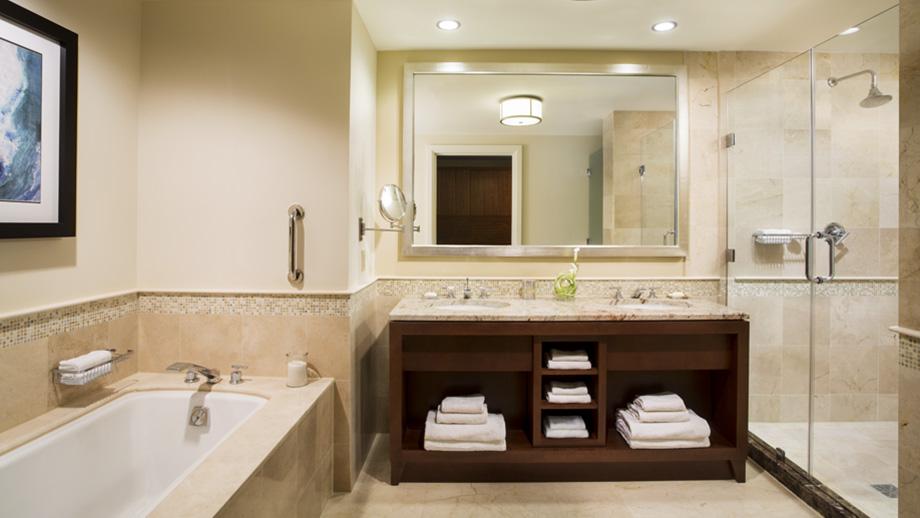Kamar mandi berbalut mamer mewah di kamar.