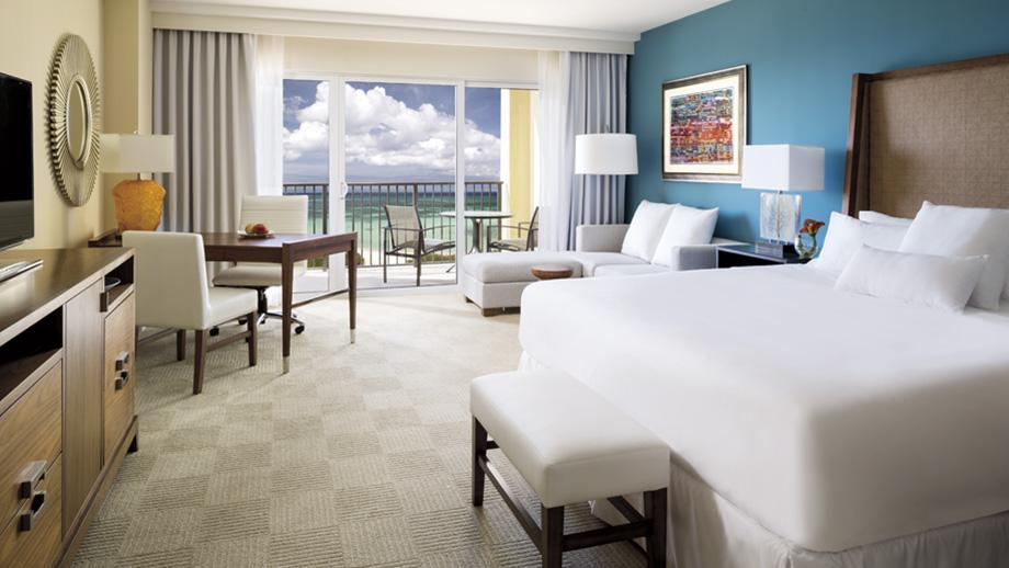 Kamar luas dengan pemandangan Laut Karibia.