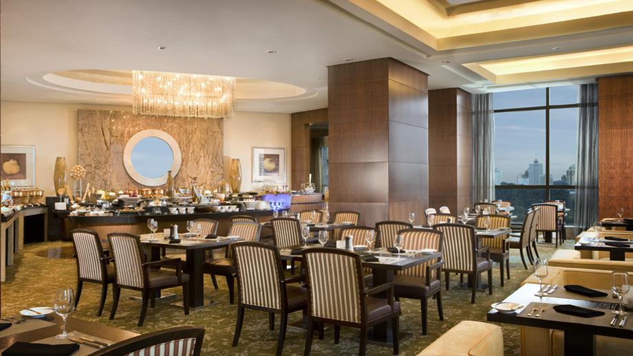 Pacific Restaurant & Lounge menyajikan hidangan nikmat dan pemandangan kota.
