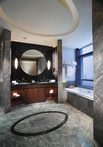 Kamar mandi dengan desain elegan dan luas.