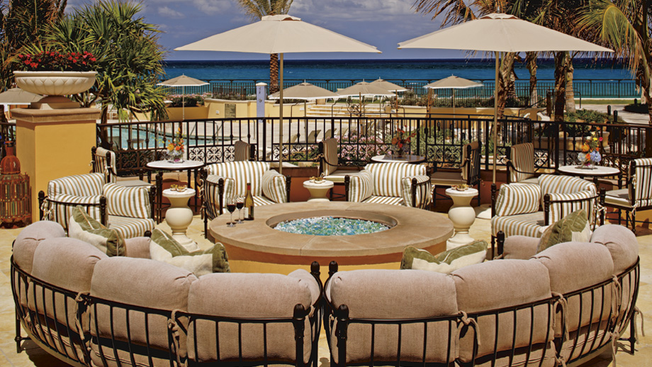 The Terrace yang merupakan salah satu spot favorit di The Ritz-Carlton Hotel, Palm Beach.