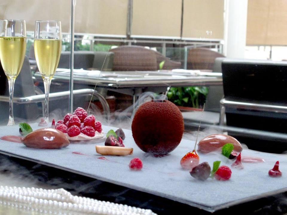 Sajian pencuci mulut yang dibuat khusus untuk sesi makan malam Hari Kasih Sayang di Riva.