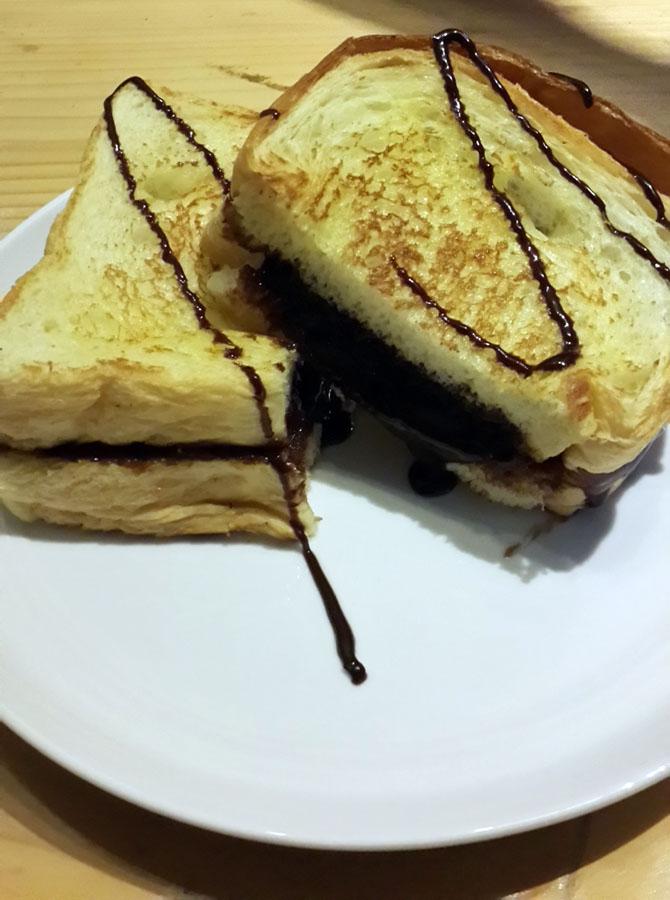Tekstur roti yang lembut dan beragam topping yang lezat menjadi ciri khas Roti Eneng.
