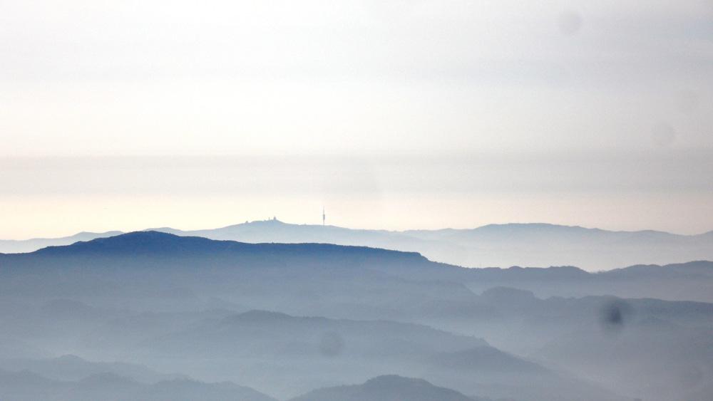 Pegunungan Montserrat yang diselimuti kabut.