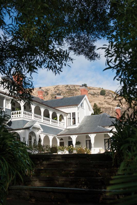 Otahuna Lodge dipotret dari taman sekitarnya.
