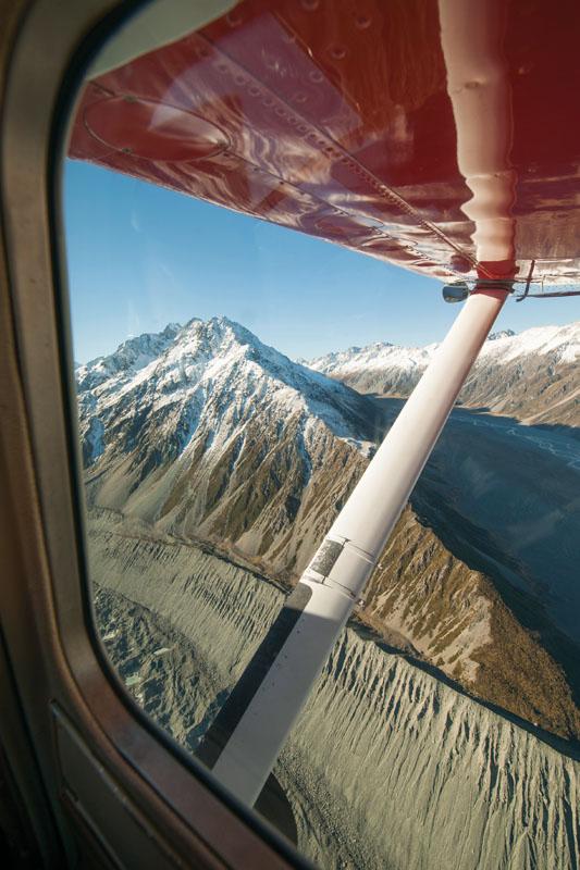 Pemandangan Gletser Tasman dari jendela pesawat Mount Cook Ski Planes.