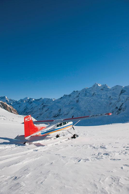 Mount Cook Ski Planes menawarkan petualangan ke Gletser Tasman.