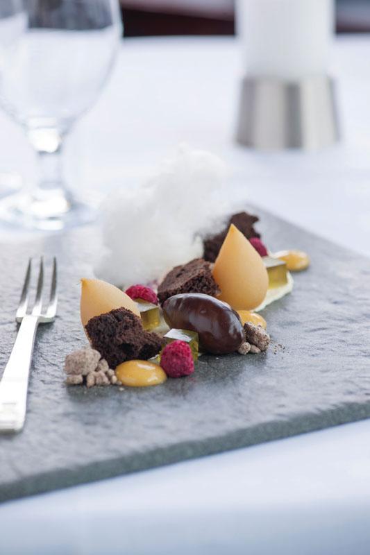 Sajian nikmat menu penutup berisi cokelat Valrhona, baby pear, jeli mentol, jeruk dadih, dan gula di Panorama Room di hotel The Hermitage.