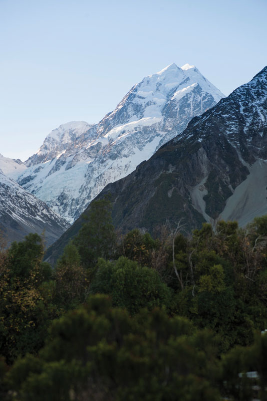Aoraki Mount Cook, puncak tertinggi di Selandia Baru, dilihat dari hotel The Hermitage.