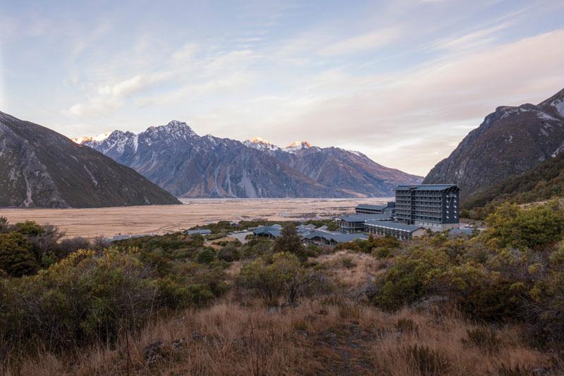 Berlokasi di dekat Taman Nasional Aoraki Mount Cook, The Hermitage menawarkan panorama lembah es dan puncak-puncak Alpen Selatan yang bertopi salju.