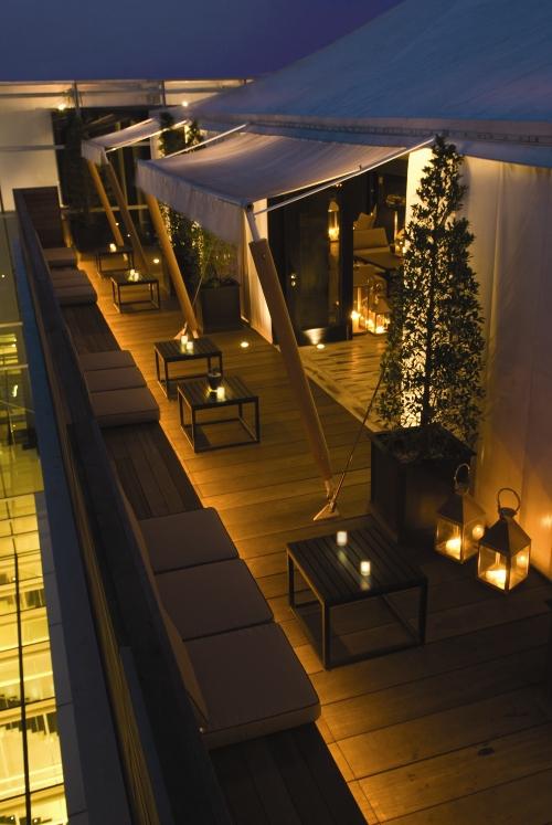 Area luar Rooftop at ThePapilion dengan tata cahaya yang lembut. (Foto: Rooftop at ThePapilion)