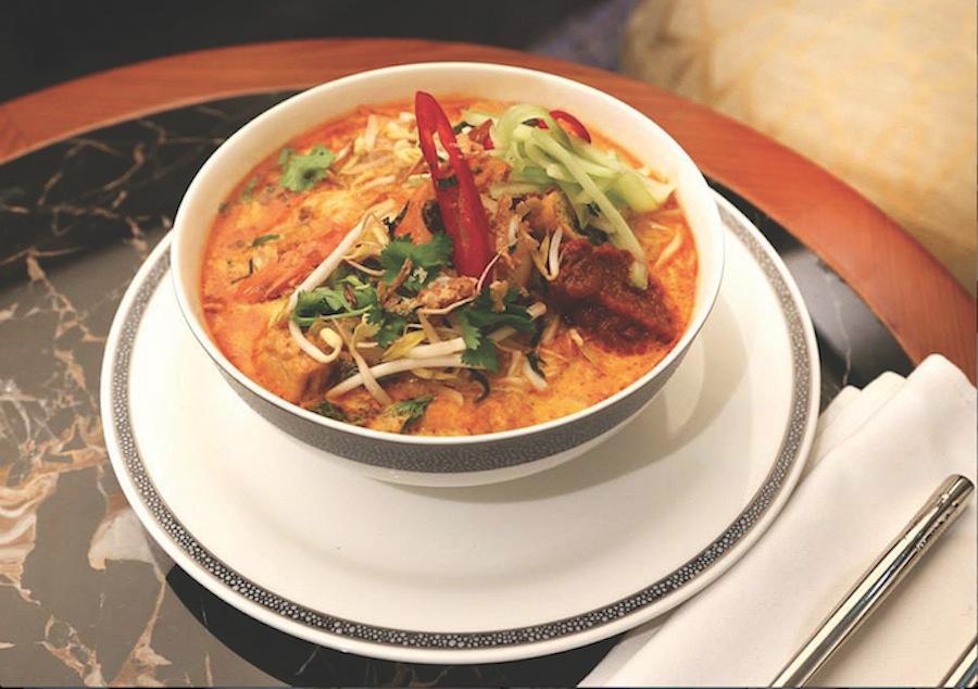 Mi laksa, makanan khas Singapura yang tersedia di dapur SilverKris Lounge di Bandara Sydney.