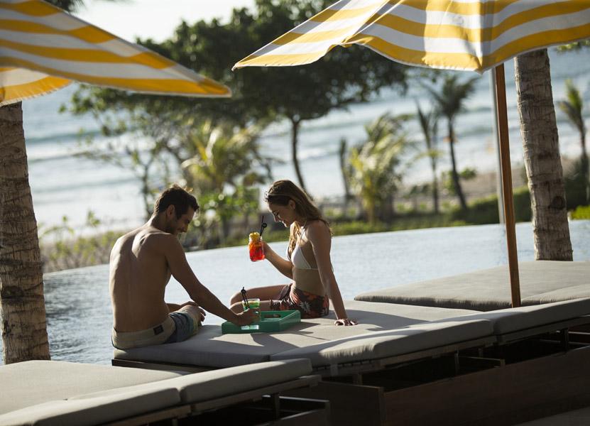 S.K.A.I. Beach Club bisa menjadi opsi favorit menikmati pemandangan mentari terbenam.
