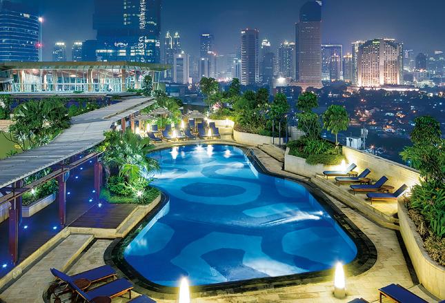 Opsi makan malam romantis di restoran Italia atau di bawah taburan bintang tersedia di Hotel Indonesia Kempinski.