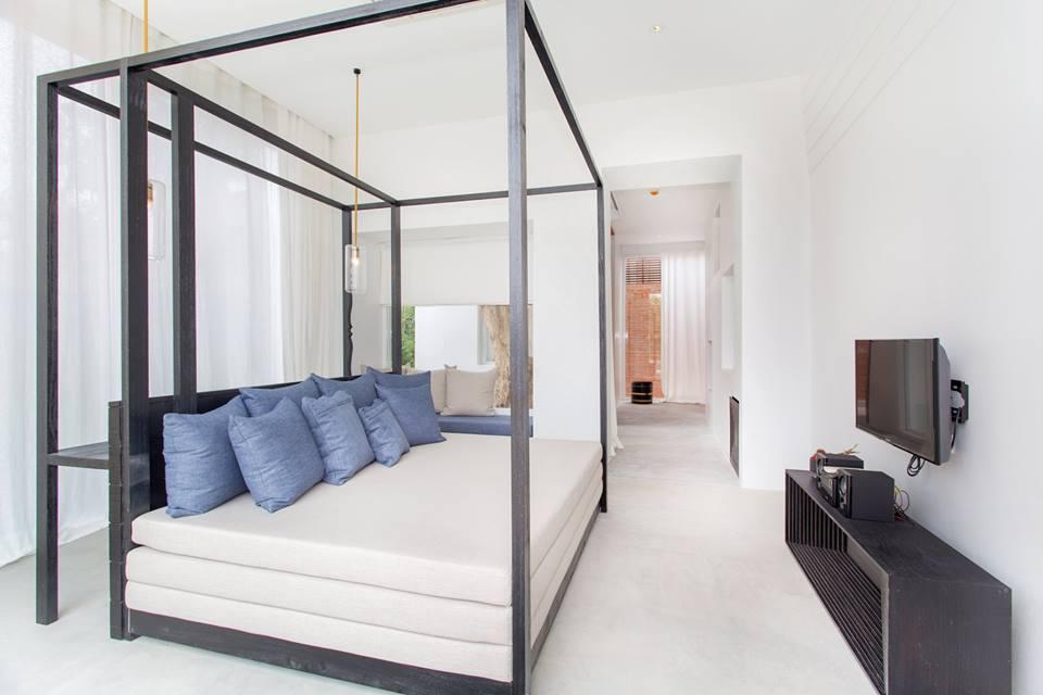 Kamarnya mengadopsi gaya minimalis modern.