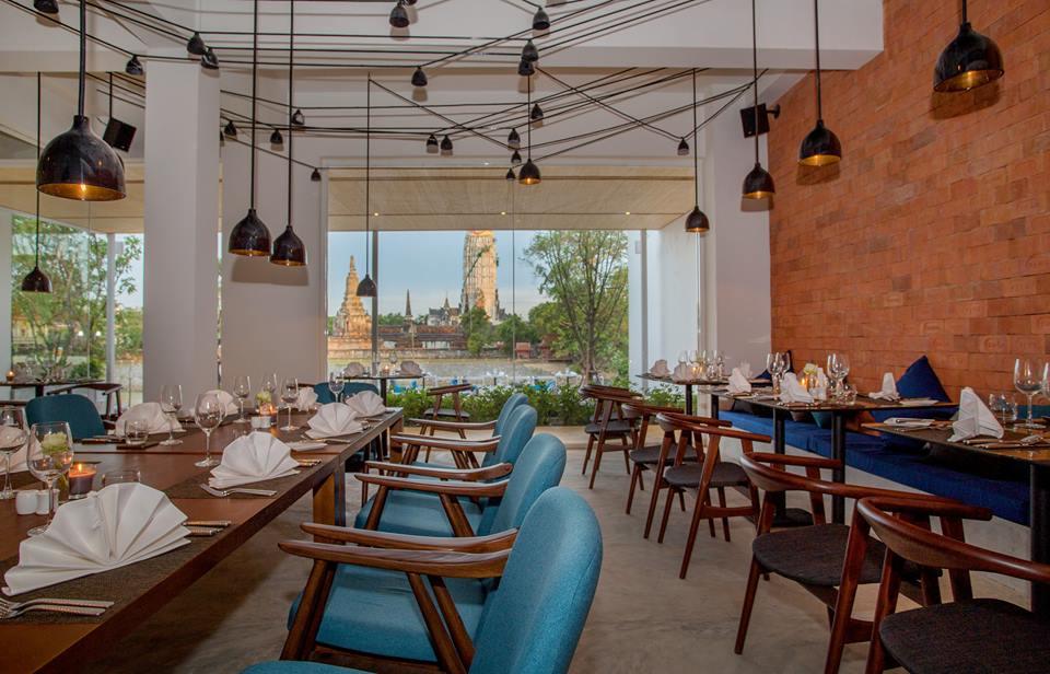 Restorannya memadukan interior khas Thailand dengan bangunan minimalis.