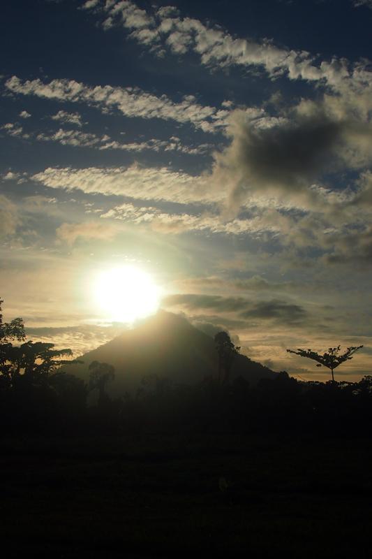 Menunggu matahari menyelusup di balik gunung.