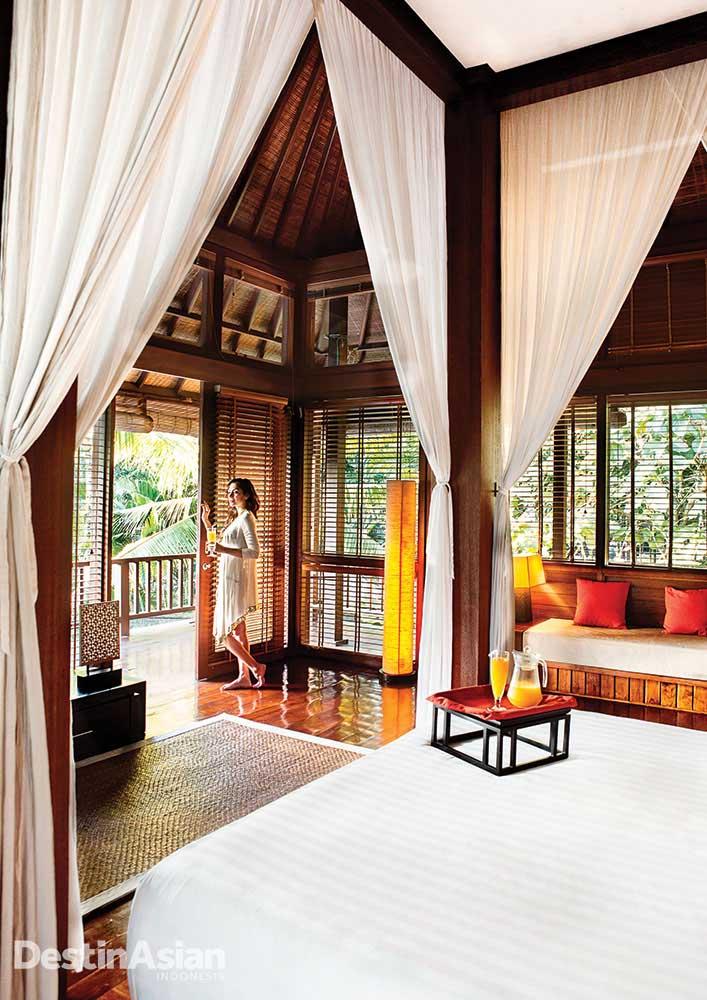 Kamar di Villa The Sanctuary yang didominasi material kayu.