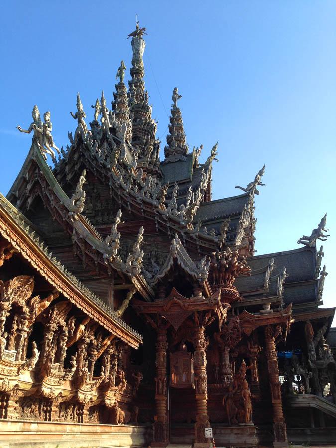 Bangunan Sanctuary of Truth yang terbuat dari kayu dan dibalut ukir-ukiran.