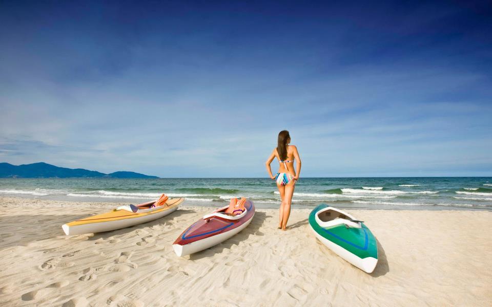 Pantai milik resor. Di sini tamu bisa bermain kayak dan lainnya.
