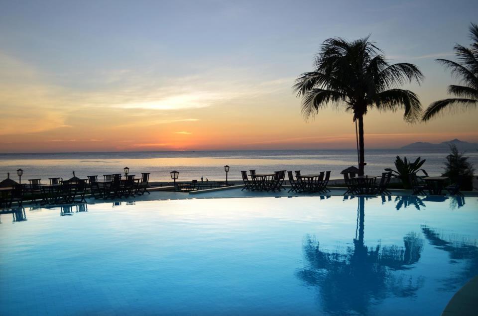 Pemandangan matahari terbenam dari kolam renang resor.
