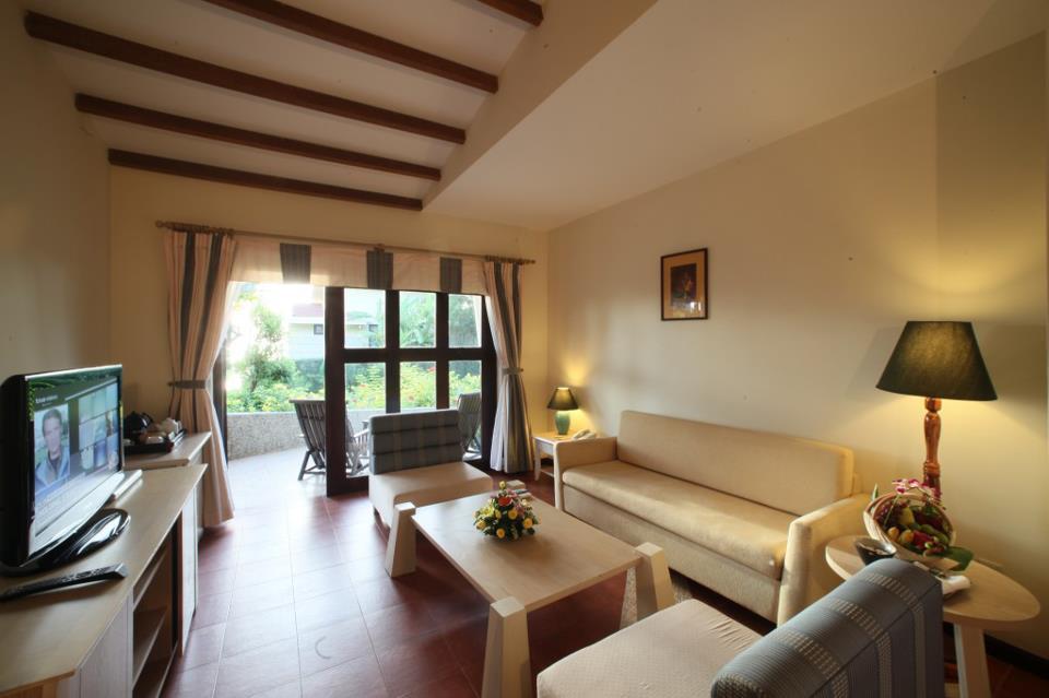 Kamar tipe vila lengkap dengan ruang tamu.