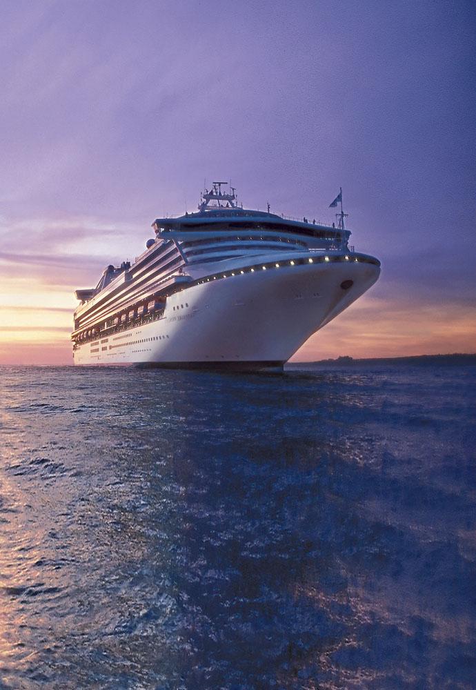 Kapal Sapphire Princess dengan latar matahari terbenam.
