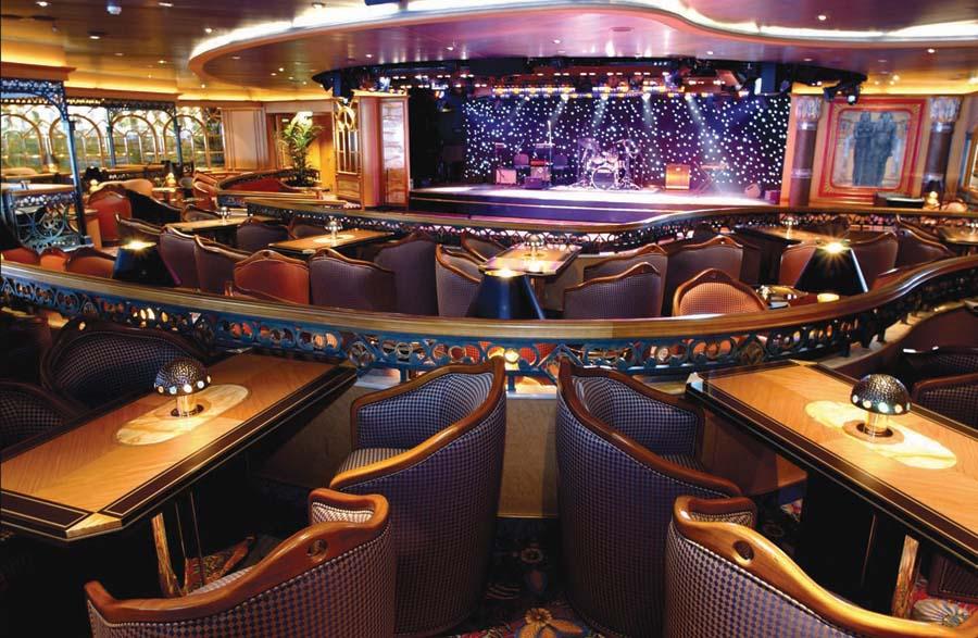 Explorers Lounge yang juga berisi panggung pertunjukan.
