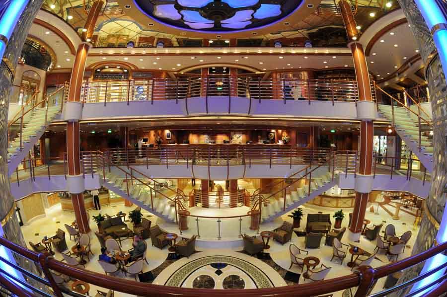 Atrium utama di Sapphire Princess.