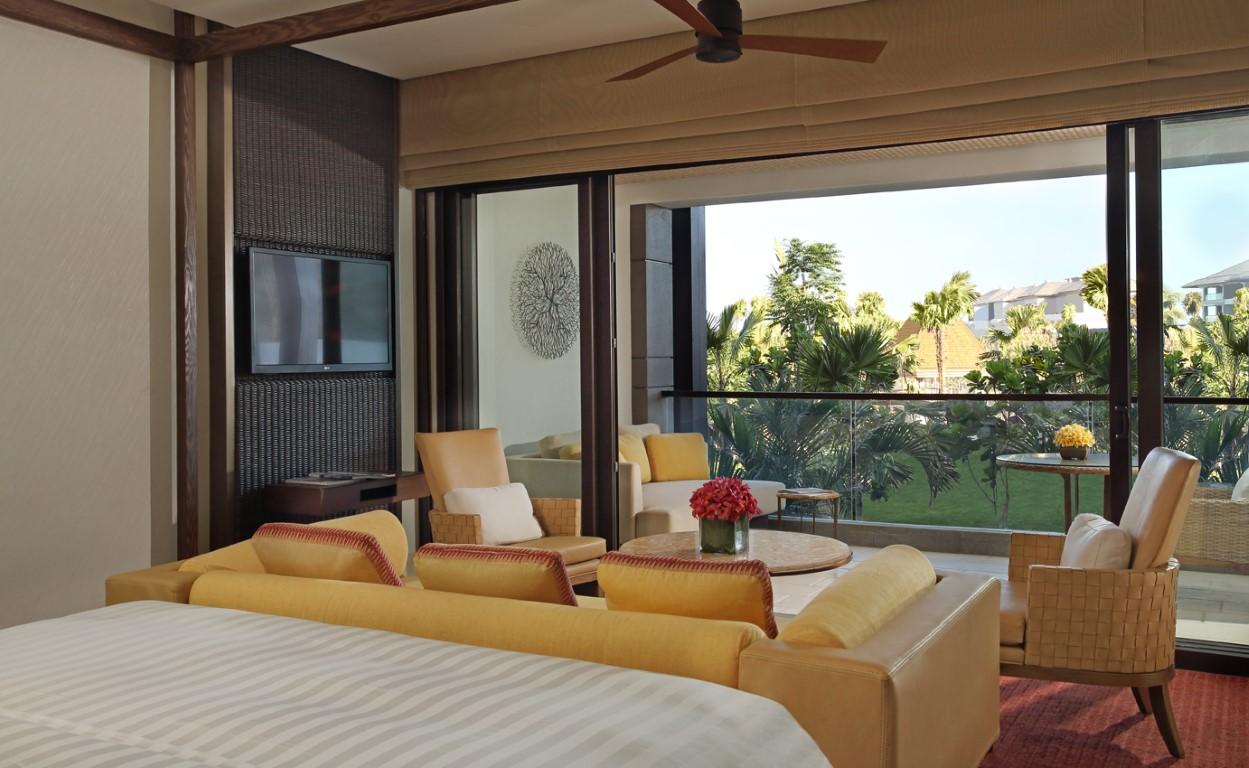Sawangan Suite dengan pemandangan taman rindang.