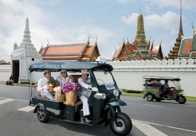 Tur dengan menggunakan tuk tuk milik Peninsula Bangkok.