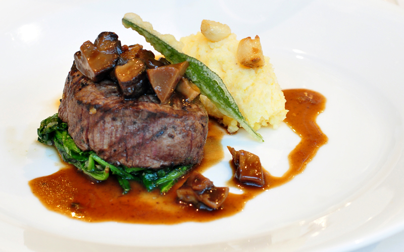 Steak dengan tumis bayam, ketang goreng dan saus wine putih.