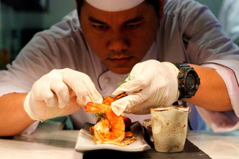 Ahmad dan tim kulinernya siap menyajikan hidangan terbaik.