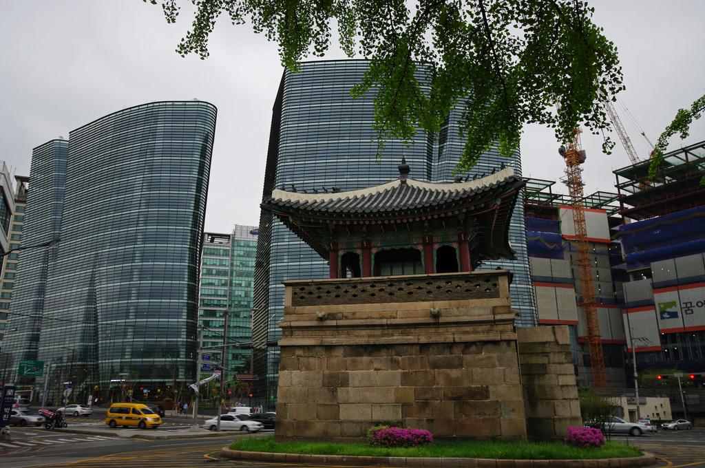 Seoul terlihat padat dengan kehadiran gedung-gedung pencakar langit, area industri serta perumahan penduduk. (Foto: Emmanuel Dyan/Flickr)