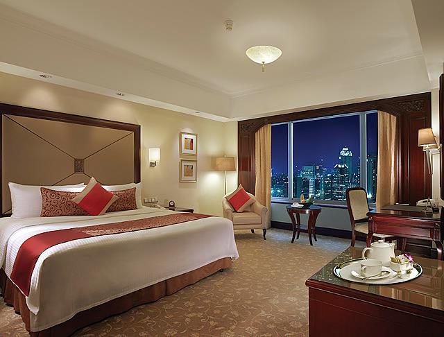 Kamar di Shangri-La Hotel Jakarta yang luas.