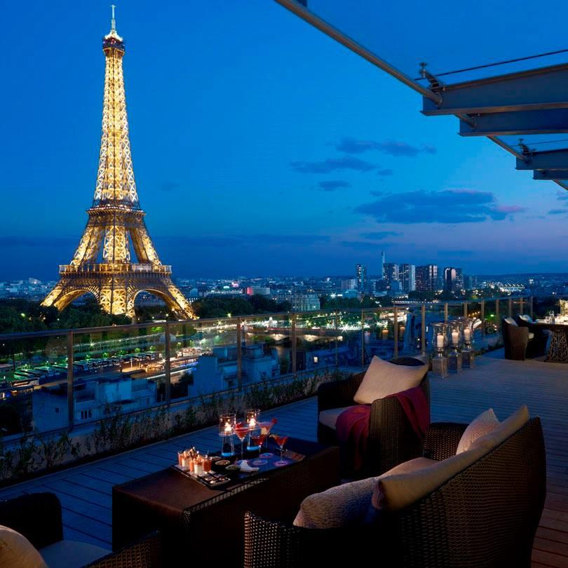 Balkon yang menghadap langsung ke Menara Eiffel di Shangri La, Paris.