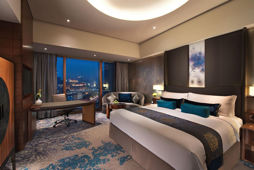 Masing-masing kamarnya menyajikan panorama Sungai Haihe.