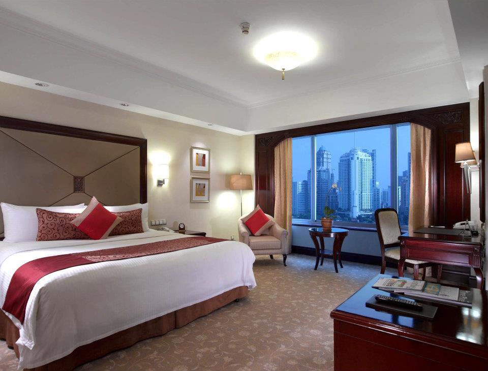 Kamar tipe Deluxe yang luas dengan pemandangan kota Jakarta.