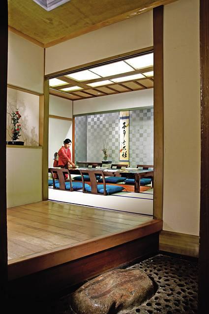 Interior Nishimura, restoran Jepang di Shangri-La Jakarta.